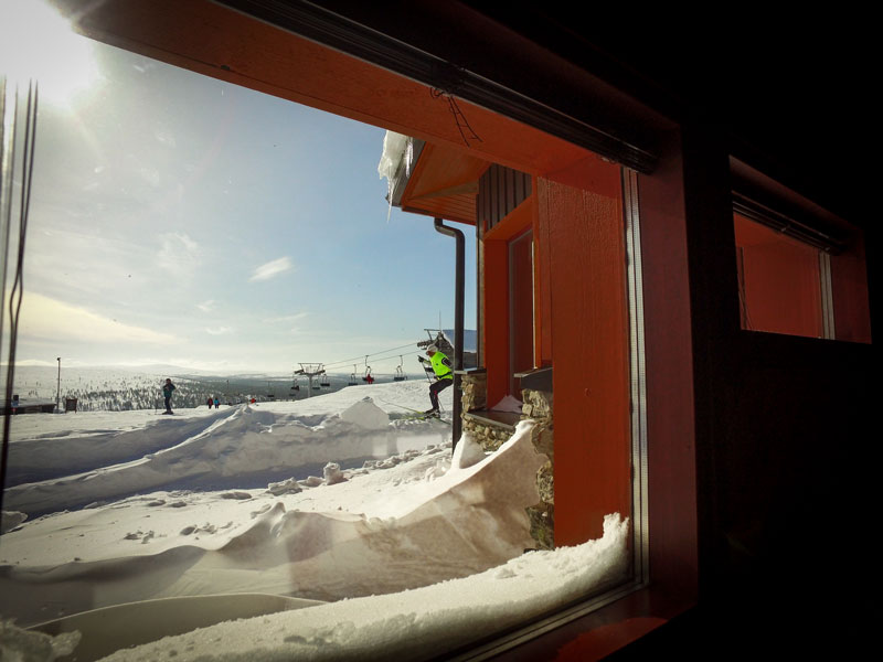 hiihtaja_ikkunasta